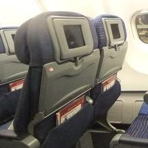 飛行機 空港 機内持ち込み手荷物 置き場所 環境 通路 頭上 荷棚 所定 座席 裏 ネット部分 網 下 スペース 足元 許可 可能 3箇所 国内線 航空会社 国内 エアライン 共通 ルール 規定 アイキャッチ画像 写真